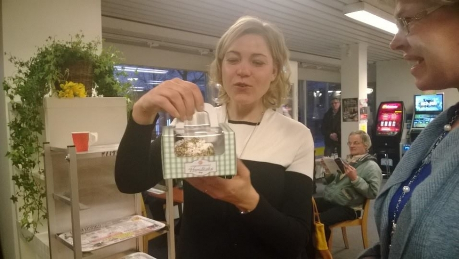 Ja Forssan Kokoomukselta Hennalle kiitokset kotiin vietäväksi forssalainen koirien kakku. Eli ministerin russelilla herkuttelua edessä :)