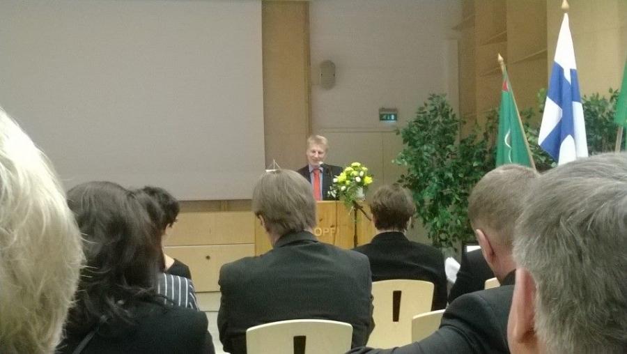 Olipa hauska kuunnella miten keskustan ryhmäpuheenjohtaja Kimmo Tiilikainen esitteli juhlapuheessaan tuoretta Sote-ratkaisua omalle juhlaväelleen. Minä kärpäsenä penkissä