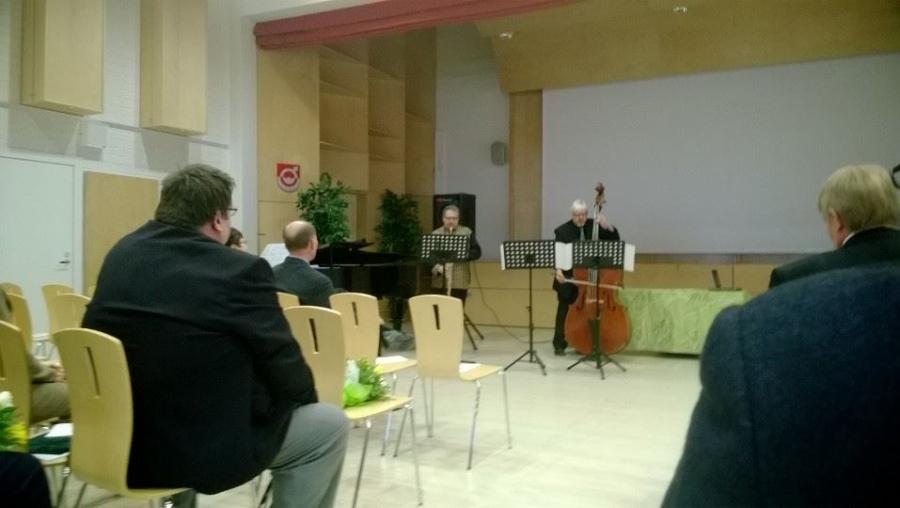 Keskustan juhlan musiikista vastasi harmonikkataiteilija Päivi Siivosen lisäksi upea Sonus-Trio. Aale Lindbren englis horn, Jiri Parviainen kontrabasso ja Lasse Hirvi piano.