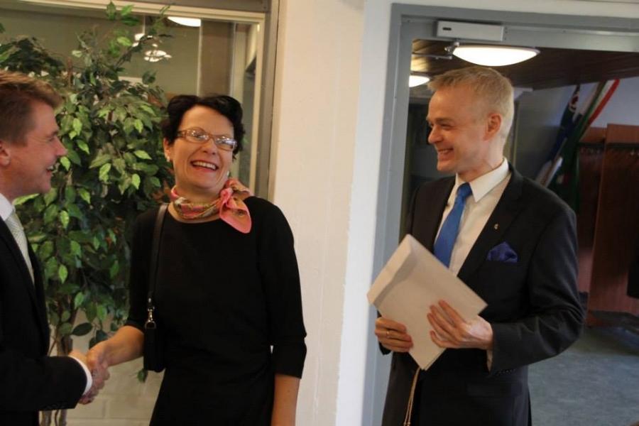 Tässä kunnanjohtajamme Karoliina Viitasen kanssa onnittelemassa Lopen Keskustaa... Kuva: Aimo Alho.