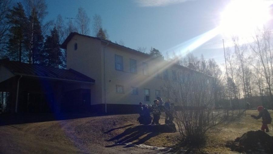 Kormun koulun aamun auringossa. Hieno kivikoulu aivan Riihimäen ja moottoritien kupeessa.