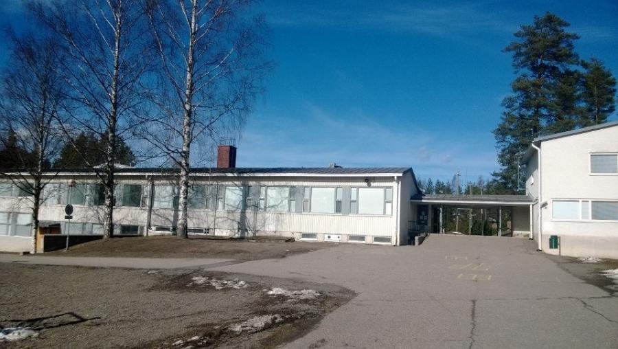 Ja tässä sitten päivän toinen vierailukohde eli Launosten Koulu. Tuo kuvan vasemmanpuoleinen rakennus remontoidaan tänä vuonna alkavassa suurremontissa...