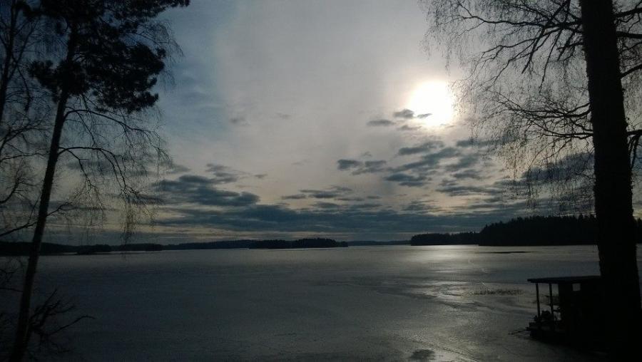Mökkitalkoot. Kaunis Loppijärvemme tänään aamulla vielä jäässä ja iltapäivällä sitten vapaana. Kevät etenee.