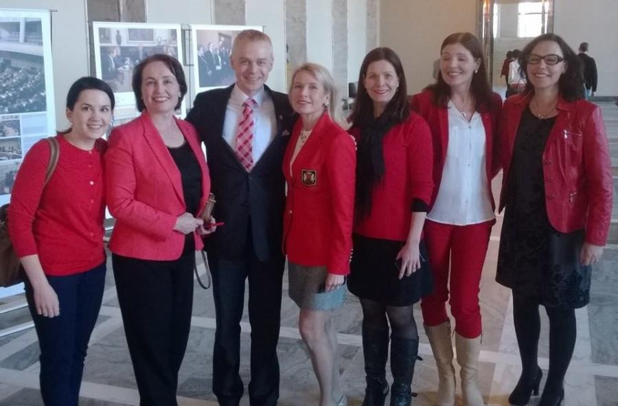 Kokoomuslaiset kampanjoimassa naisten sydämen ja keuhkojen puolesta - Go red for Women!