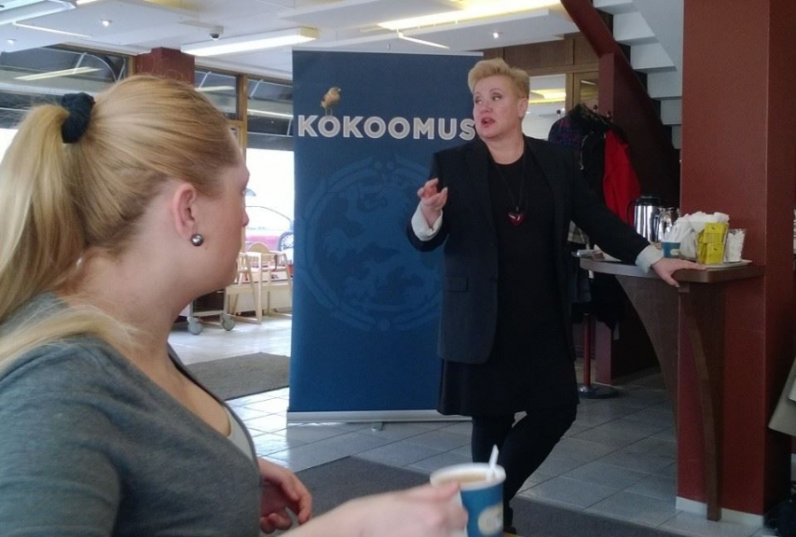 Kokoomus Eurovaalistartti Riihimäellä Laurellin Kahvilassa. Puhumassa eurovaaliehdokas Sirpa Pietikäinen.