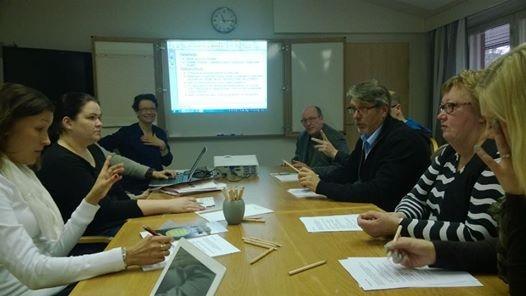 Ryhmätyö valtuustoseminaarissa käynnissä.