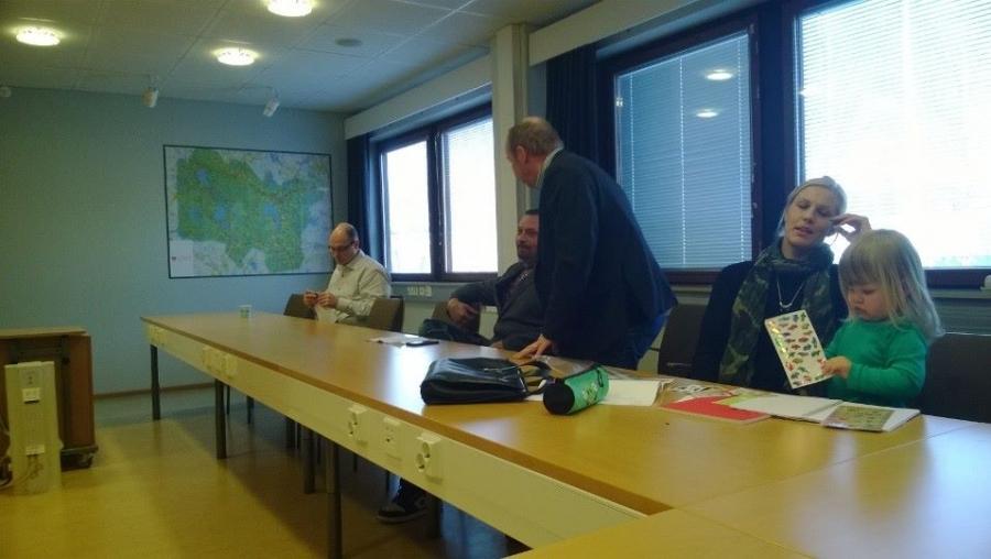 Valtuustoryhmän kokous päätökseen ja kohta kokous... Ja tässä Riitta Joutsi-Hänninen pienensä kanssa ja Kari Maunula, Antti Mikkola ja Aleksi Rautiainen.