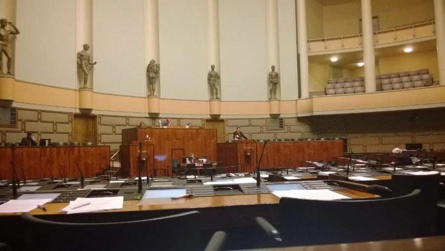 Seuraavaksi äänessä... Kello nyt 22.15 ja kohta pitkä istunto päätökseen.
