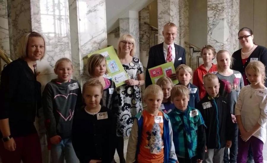 Riihimäen Peltosaaren Koulun miniministerit vierailulla eduskunnassa 11.4.2014.