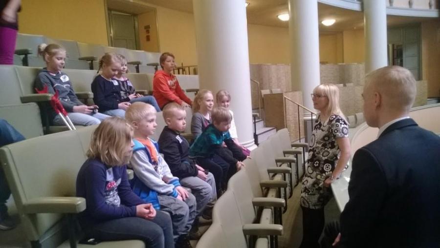 Hauska sakki ja opaskierrokseni jälkeen lapsia tuli tapaamaan myös kollegani Aino-Kaisa Pekonen.