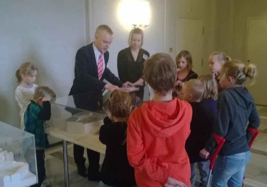 Ja tässä ollaan Riihimäen Peltosaaren koulun miniministereiden eli oppilaskunnan hallituksen kanssa kierroksella tutustumassa hienoon taloomme. Annoimme oppaalle kahvitauon ja minä itse esittelin talomme :)