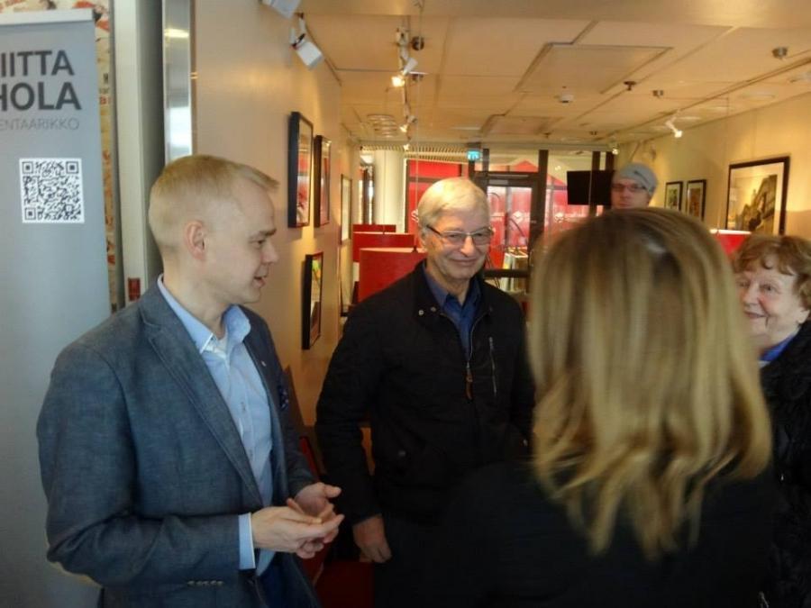 Tänään maamme kokein Europarlamentaarikko Eija-Riitta Korhola oli kiertueella Hämeessä. Tavan mukaan oli auttamassa hyvää kokoomusehdokasta ja tässä olemme Hämeenlinnan Cafe Emiliassa.