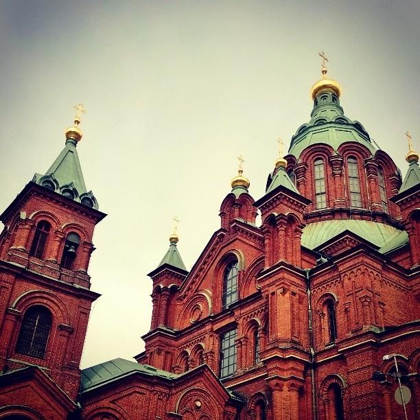 Tunnelmia Kiirastorstailta Helsingistä. Aamusta ensin Uspenskin Katedraaliin ja siellä pääsiäisen jumalanpalvelus.