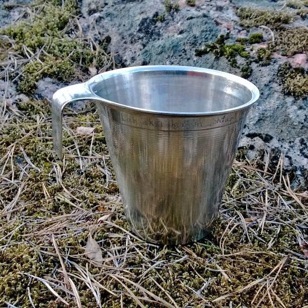 Pekkalan jääkylmää vettä auringonpaisteessa. Sain tämän mukin aikanaan MPK 201. johtajalta eversti Kim Matssonilta. Aito SAInt peltimuki