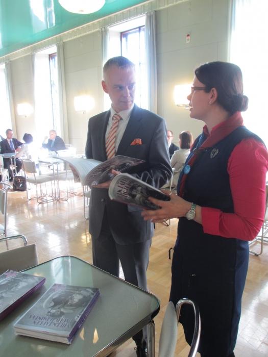 Hämeen Partipiirin puheenjohtaja Riina Aspila luovutti piirin vuosikirjan alueen kansanedustajille