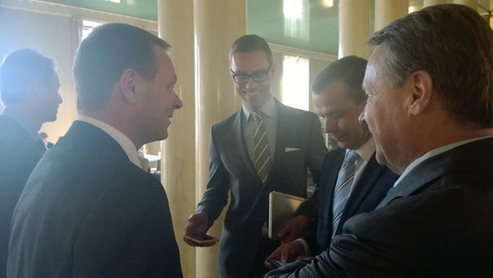 Nyt alkaa tunnelma nousta. Politiikan superkevät alkamassa... Tässä eduskunnan kahvilassa ennen täysistuntoa Tapani Mäkinen, Jan Vapaavuori, Alexander Stubb, Petteri Orpo ja Ilkka Kanerva.