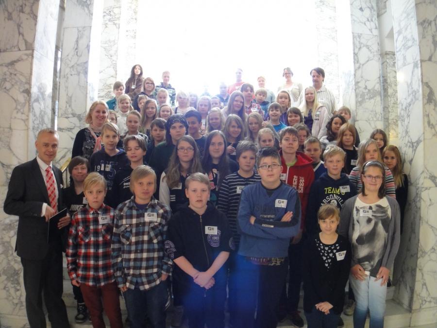 Lopen Launosten Koulun isoimmat oppilaat vieraani eduskunnassa tänään 23.4.2014.