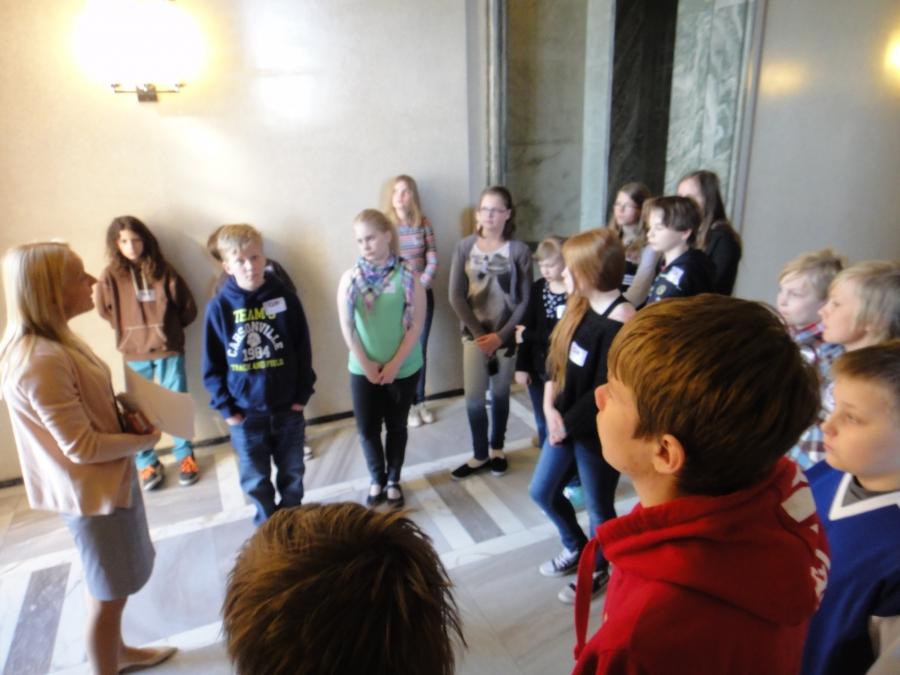 Ja tässä yksi Launosten ryhmä oppaan kanssa tutustumassa eduskuntataloomme.