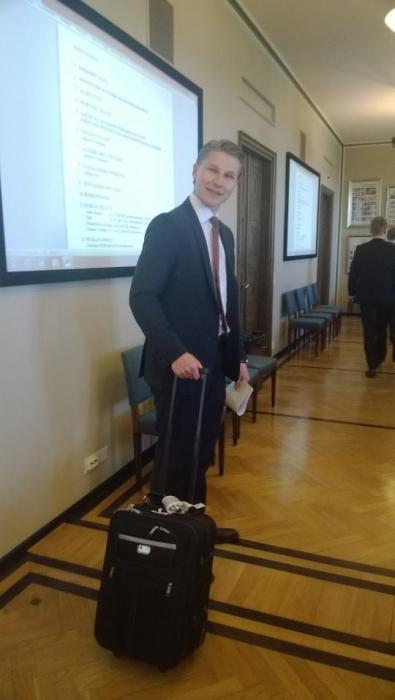 Nyt on oikea asenne ehdokkaalla. Brysselin matkalaukku jo tässä vaiheessa kampanjaa mukana. Tsemppiä vaaleihin Antti Häkkänen. Kurkatkaa lisää: www.anttihakkanen.fi.