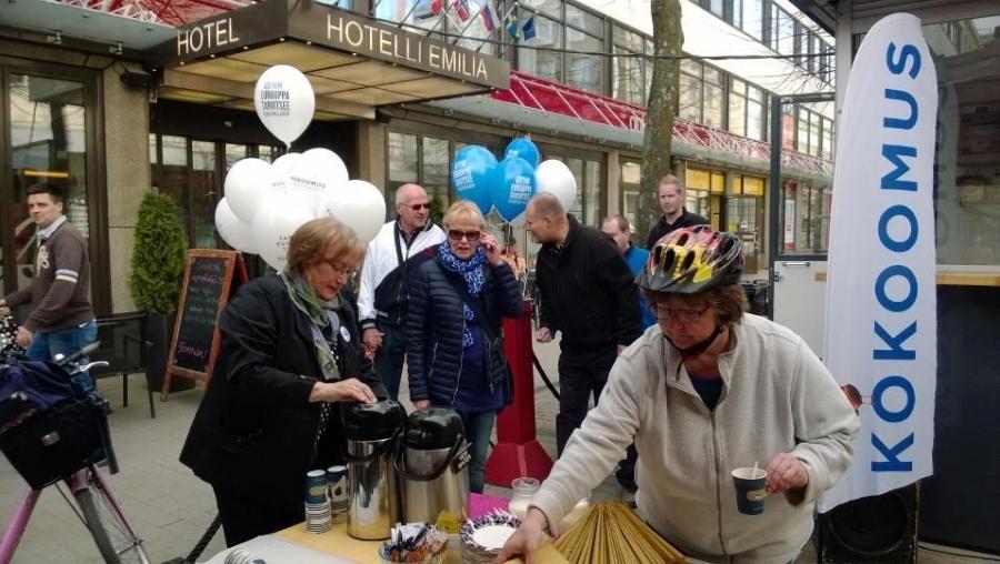 Ja tässä sitten ollaan jo Hämeenlinnan Reskalla Cafe Emilian terassilla...