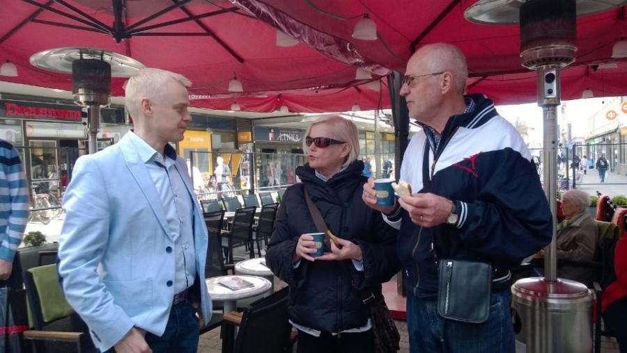 Hämeenlinnassa vielä Riihimäkeäkin enemmän väkeä liikkeellä ja Alexander Stubbin puheen aikana liikenne pysähtyi koko Reskalla.