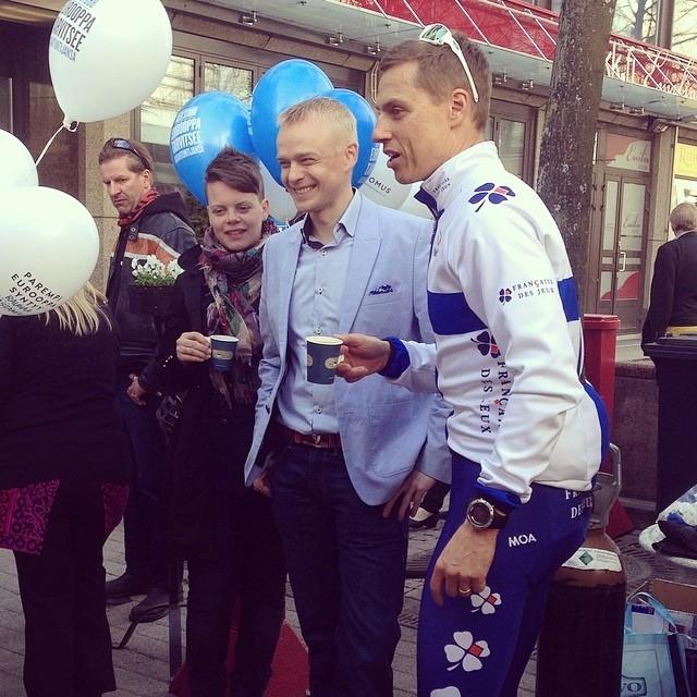 Eli vaikkapa näin... Tässä Derya Özgunin ottama kuva ja mukana merkintä #timoheinonen. Hämeenlinnan Reskalla tänään Alexander Stubbin, Mikaela Löfrothin ja Kai Nihdin kanssa.