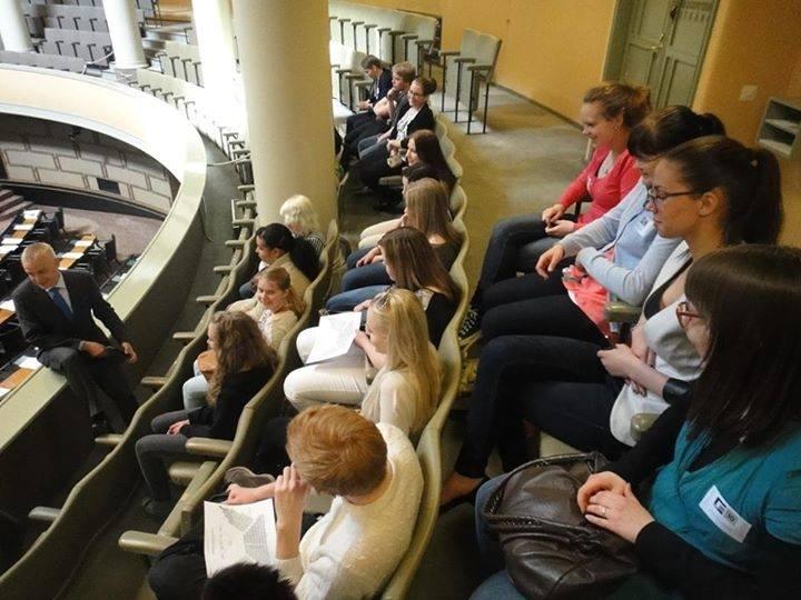 Mutta päivällä myös fiksuja nuoria vieraanani eduskunnassa. Tänään iso ryhmä Riihimäeltä Karan Koulusta.