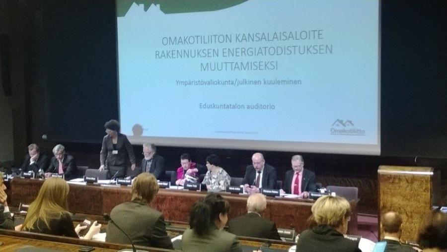 Ja aamulla ensimmäisenä kuuleminen Omakotiliiton kansalaisaloitteesta jolla he haluavat muuttaa rakennusten energiatodistuksia. Itse olisin valmis luopumaan omakotitalojen kohdalla kokonaan energiatodistuksista.