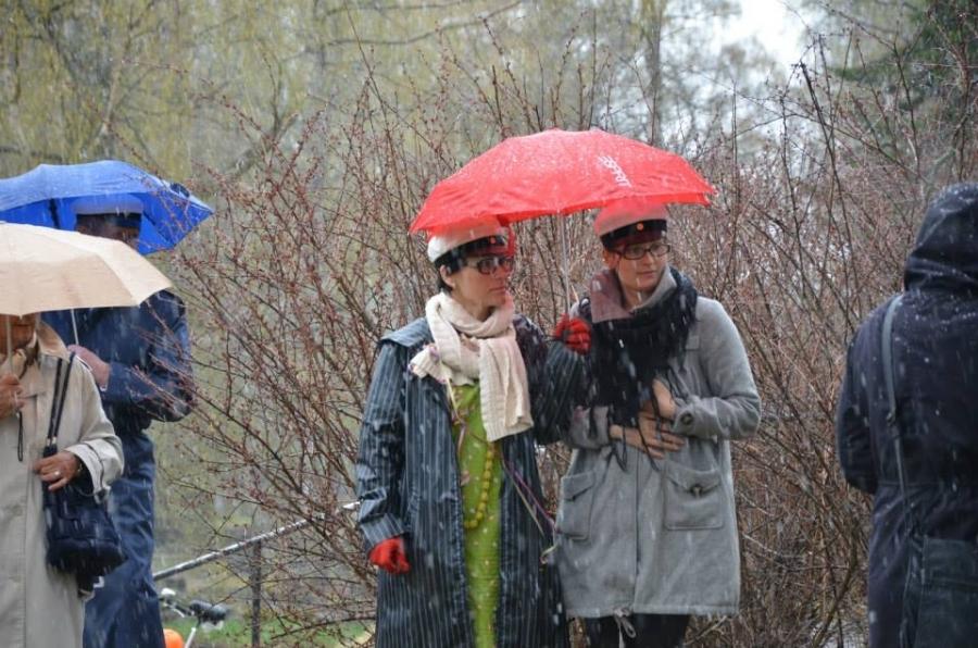 Kunnanjohtaja Karoliina Viitanen ja kunnanhallituksen varapuheenjohtaja Tiina Seppälä Loppi-sateenvarjon suojissa.