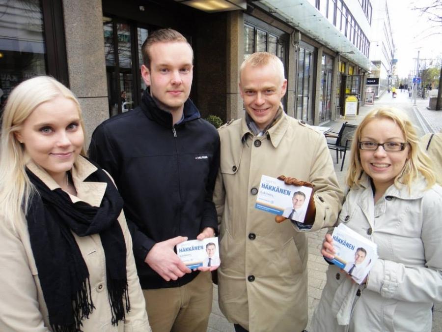 Ja tässä vielä Kokoomusnuorten tehoryhmän kanssa kampanjoimassa Antti Häkkäsen puolesta. Vasemmalta Carla Ojala, Miika Huhtinen ja minun oikealla puolella Anna Ilkka. Koko kolmikko viime eduskuntavaaleissa minun tiimissä ja tiedän, että nämä ovat Tekijöitä isolla T:llä. Ja nyt näissä vaaleissa siis sydän sykkiin Antille.