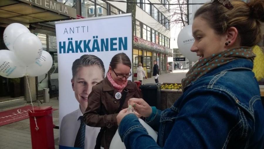Jenna Kankaanpään ja Henrietta Ingmanin kanssa ilmapalloja täyttyi satoja.