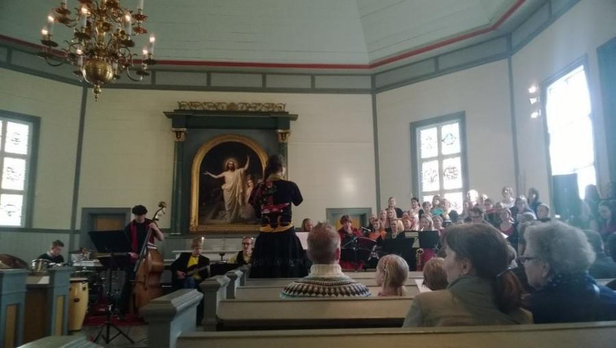 Ja tässä koko komeus eli yli 50 kurssilaista ja yhteisesitys päätöskonsertissa. Ja se muuten soi ja kauniisti ja kovaa :)