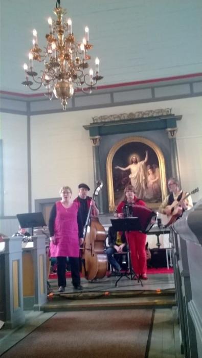 Yksi upea ryhmä oli tämä Mokkoloora Jaana Lamberg solistinaan ja haitarissa muuten loppilainen Kirsi Lindfors. Hieno ryhmä vaikka harmooni puuttuikin tällä kertaa.
