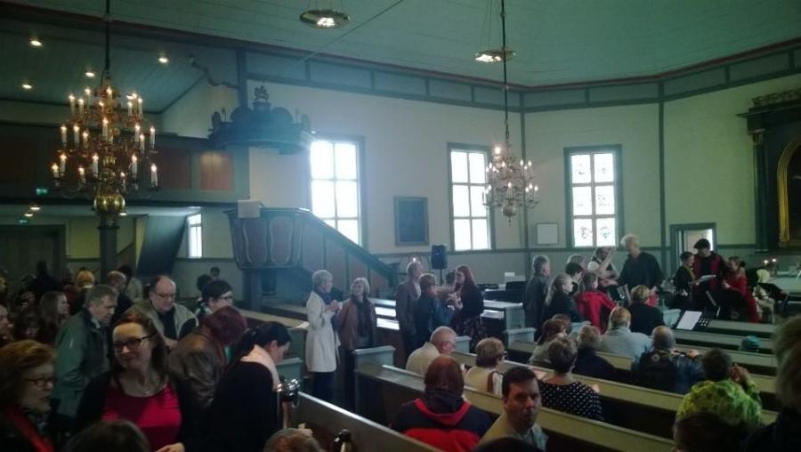 Ja Hausjärven Kirkko oli lähes täynnä väkeä. Tässä olemme jo päätöskahvilla. Kiitokset vielä kaikille järjestäjille ja esiintyjille.