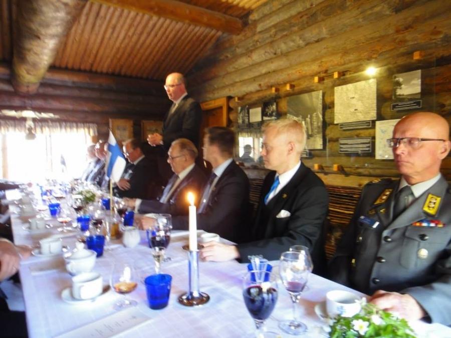 Puhemies Eero Heinäluoma pitää kiitospuhetta lounaalla.