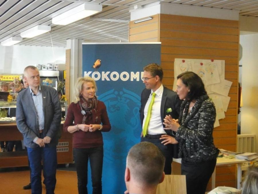 Ja sitten olemme jo Forssassa Jokioisten Leivän kahvilassa pääministeri Jyrki Kataisen ja Pia Kauman sekä Anne-Mari Virolaisen johdolla.