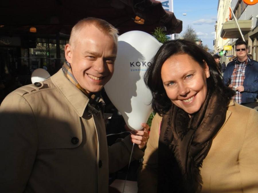 Ja tässä vielä kaverikuva eurovaaliehdokkaamme Anne-Mari Virolaisen kanssa. Hänen kampanjaa tänään siis olin vuorostaan vauhdittamassa kuten myös Pia Kauman. Huippuehdokkaita meillä piisaa. Tutustukaapa paremmin!