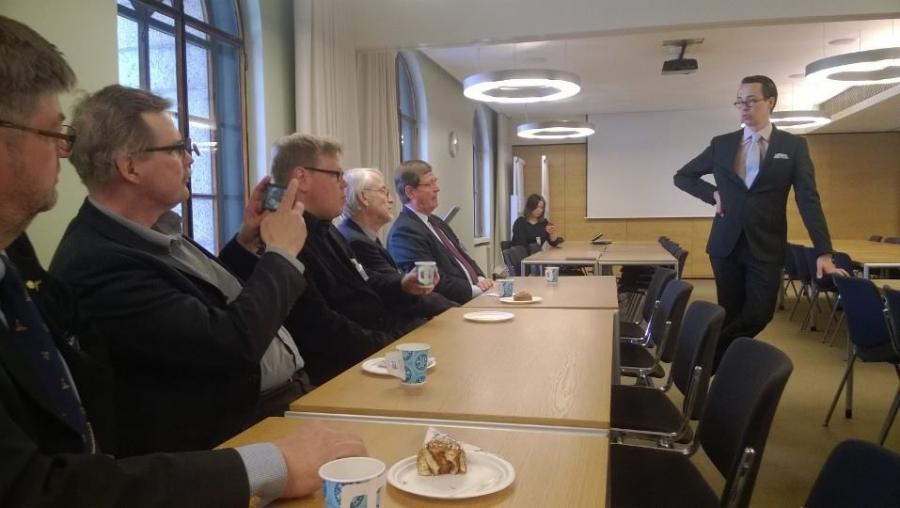 Puolustusministeri Carl Haglund allekirjoitti tänään ruotsalaisen kollegansa kanssa maittemme välisen puolustusyhteistyöasiakirjan. Illalla hän oli tapaamassa Suomen Metsästysmuseon henkilökuntaa ja hallintoa kanssani eduskunnan Pykälä-salissa.