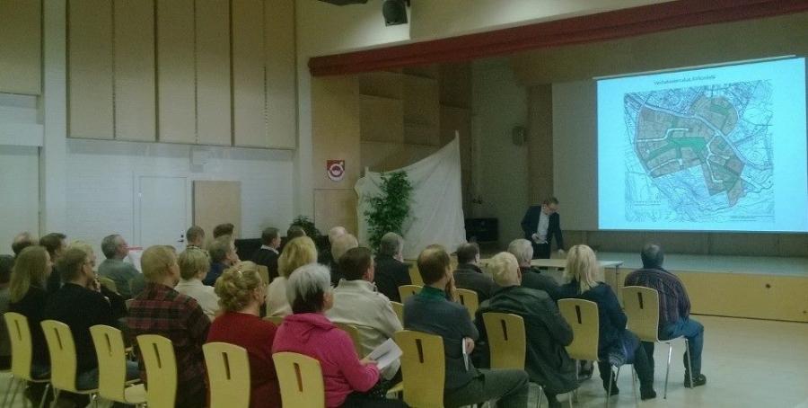 Ja illalla vielä Lopelle ja Rakentajailtaan. Avauspuhe siellä ja tässä kuntamme Pekka Säteri esittelee Lopen tonttitarjontaa.