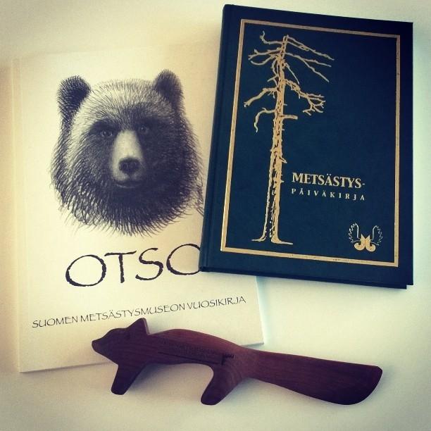 Niin ja sain muuten tänään Metsästysmuseon väeltä lahjaksi mm. Metsästyspäiväkirjan. Kiitos paljon ja hauskan kettuvoiveitsenkin.