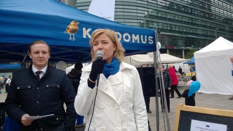 Ja myös kuntaministerimme ja eurovaaliehdokkaamme Henna Virkkunen piti oman Eurooppapäivän puheensa. Henna on mahtava ehdokas. Sanon sen vaikka mielelläni Hennan vieruskaverinani eduskunnassakin pitäisin.