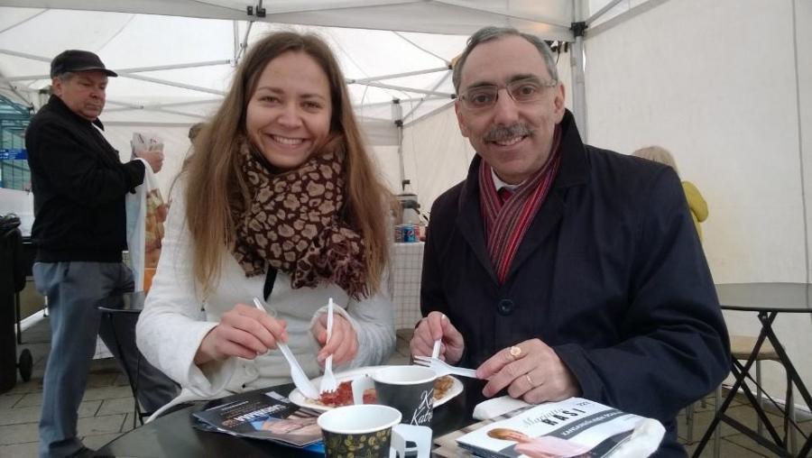Ja Timonpäivän lettua syömässä Ben Zyskowicz yhdessä avustajansa Minja Timperin kanssa.