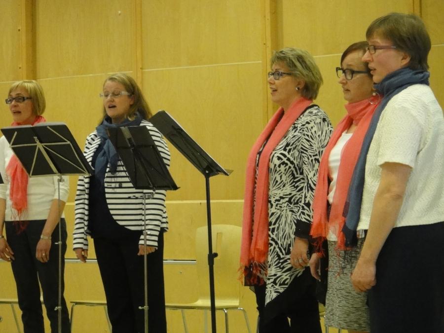 Ja tässä muuten kaksi Lopen kuorotoiminnan alkuperäistäkin laulajaa oikealta toisena Johanna Perko ja Teija Lehto. Kumpikin siis mukana jo vuodesta 1974 asti.