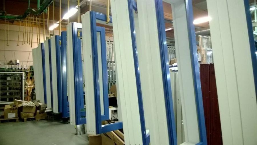Ja sinivalkoisiakin ikkunoita Hämeestä maailmalle :)