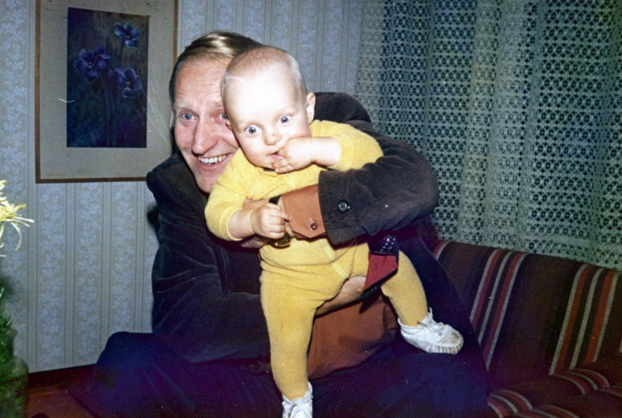 Tätä kuvanottoa en muistakaan :) Kunnanjohtajamme Olavi Sampon sylissä Lopen Viertolassa vuonna 1975.