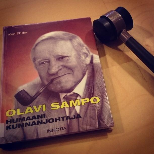 Karl Ehderin kirja Olavi Sampo - Humaani kunnanjohtaja - oli tänään valtuustosalissamme puheenjohtajan pöydällä. Itseasiassa tuo käyttämäni nuija on niiltä vuosilta kun Olavi Sampo aloitti Lopen ensimmäisenä kunnanjohtajana.