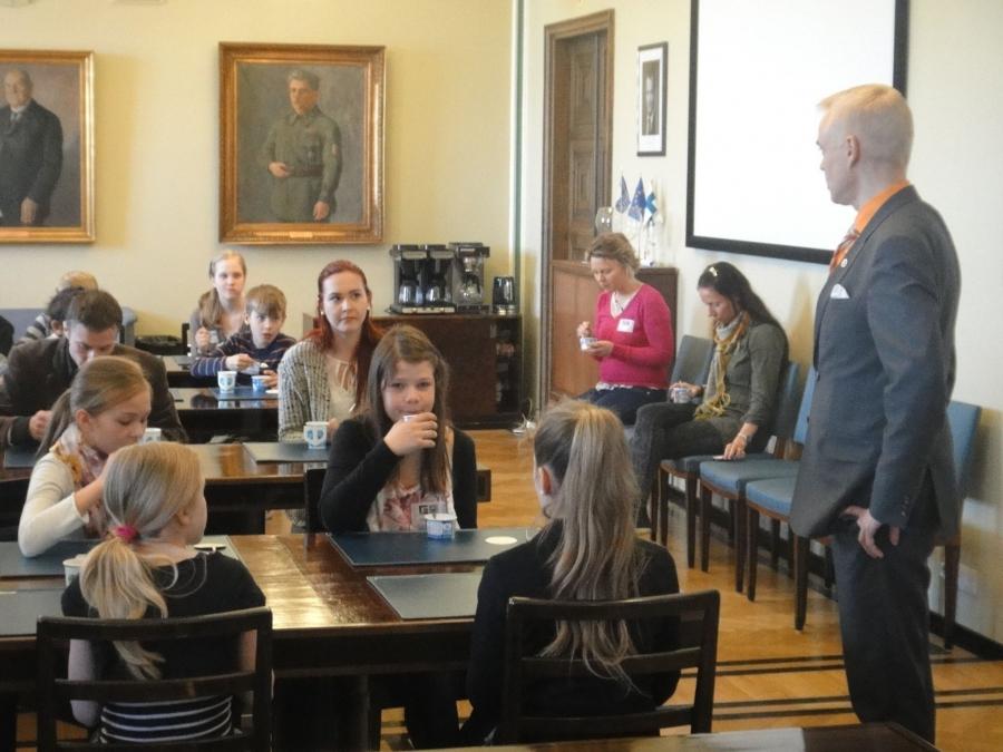 HYK:n Tuomelan Koulun oppilaiden vuoro olla eduskunnassa luokkaretkellä. Tuttu luokka minun tammikuun kouluvierailukiertueelta.