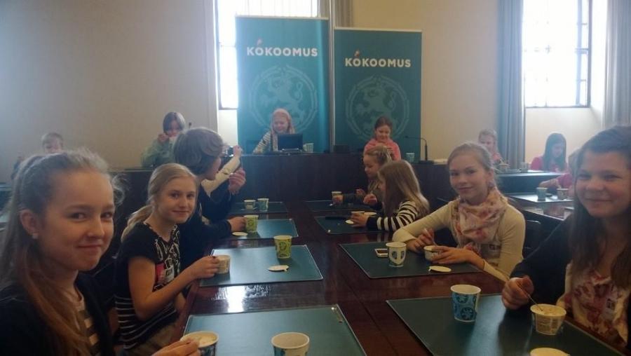 Ja jätski maistui Kokoomuksen eduskuntaryhmän huoneessa luokkaretken puolivälissä.