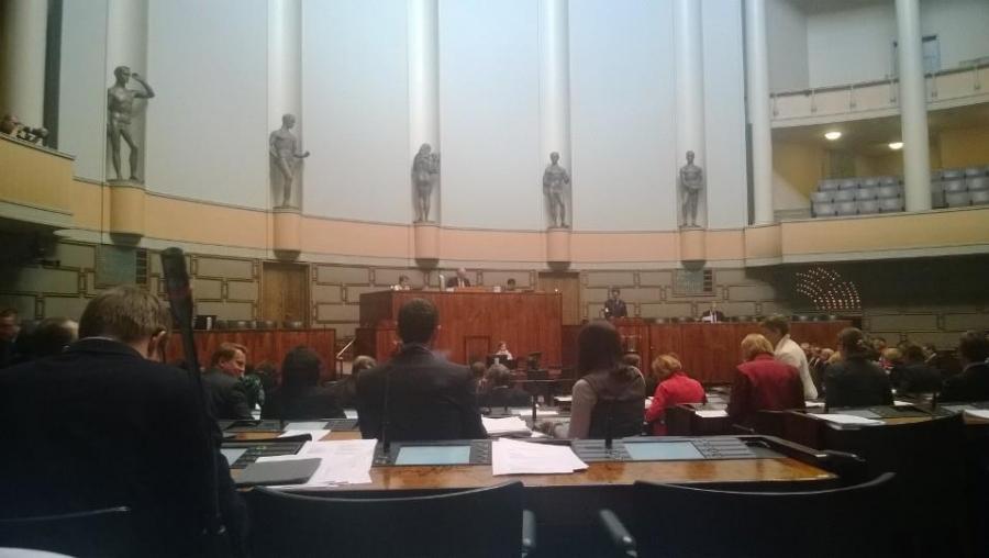 Ja nyt sitten jo valiokuntien kokousten ja ylimääräisen eduskuntaryhmän kokouksenkin jälkeen istunnossa. Aiheena ja keskustelussa maamme työllisyystilanne ja totta kai talous siinä tärkeänä osana.