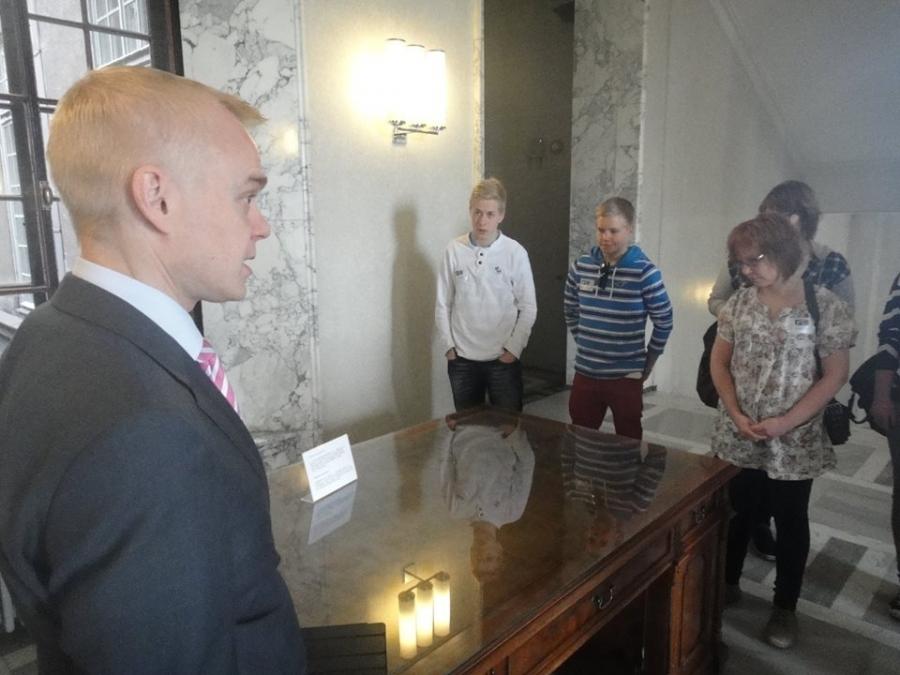 Otalammen koulun Parlamenttikerho Vihdistä vieraili eduskunnassa 15.5.2014 opettajansa loppilaisen Heli-Maija Heikkisen johdolla.